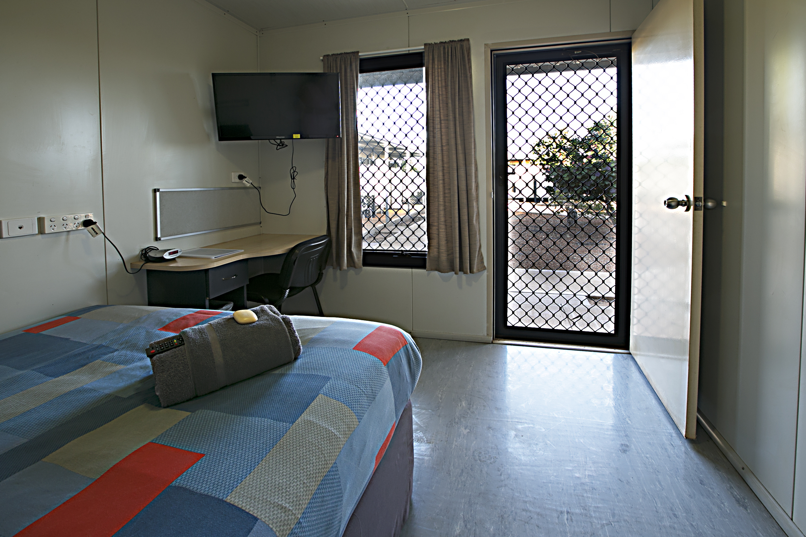 Searipple Room with Bed and Television